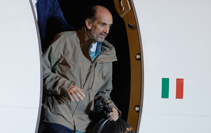 Italian journalist Domenico Quirico disembark from the airplane on September 9, 2013 at Ciampino military airport in Rome (AFP Photo)
