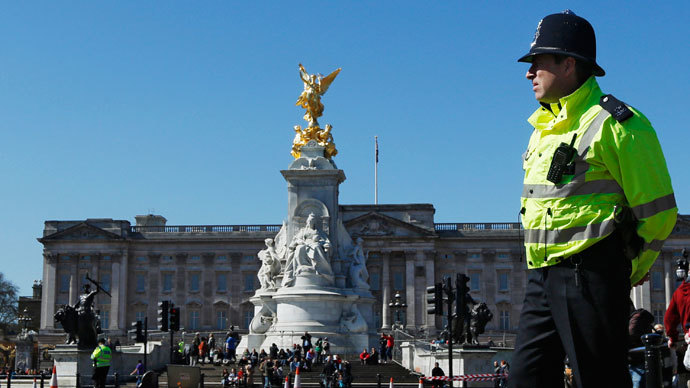 A police officer patrols the Mall in front of Buckingham Palace.(Reuters / Luke MacGregor)