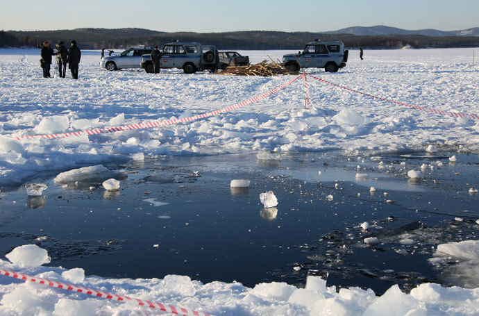 An ice hole in Lake Chabarkul, Chelyabinsk Region, where pieces of a meteorite could allegedly fall December 15.(RIA Novosti)