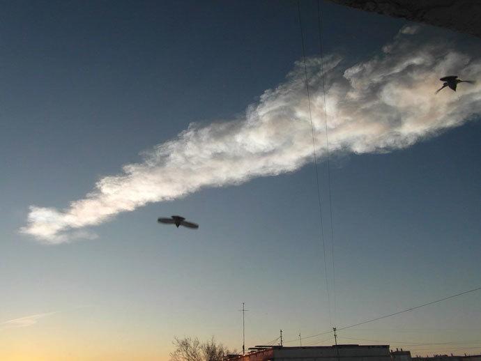 The trace of a flying object in the sky over Satka, the Chelyabinsk Region.(RIA Novosti / Oleg Vinogradov)