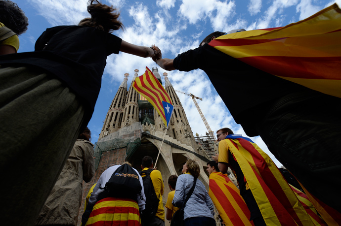 Catalans link arms in a bid to create a 400-kilometre (250-mile) human chain, part of a campaign for independence from Spain during Catalonia National Day, or Diada, in front of the Sagrada Familia basilica in Barcelona, on September 11, 2013 (AFP Photo / Lluis Gene)