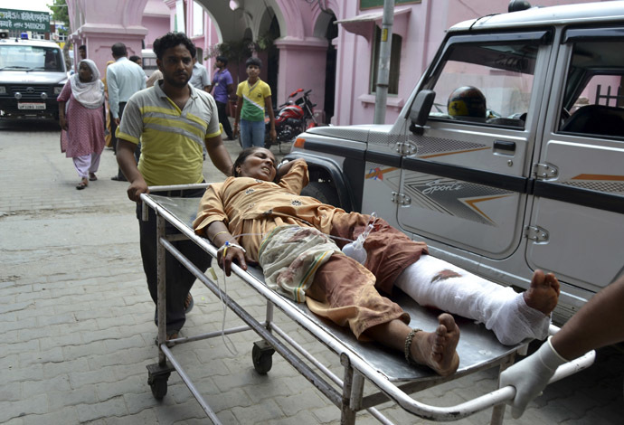 A woman who was injured in communal clashes is rushed to a hospital for treatment in Muzaffarnagar in the northern Indian state of Uttar Pradesh September 9, 2013. (Reuters)
