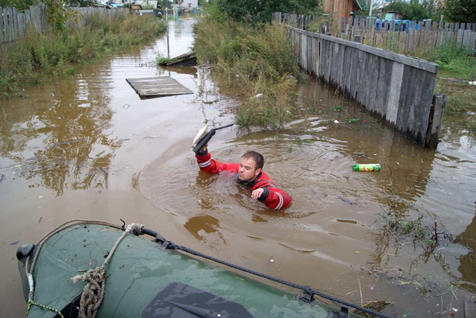 A rescuer examines farms in the flooded village of Novy Mir in the Komsomolsky District, the Khabarovsk Territory. (RIA Novosti)