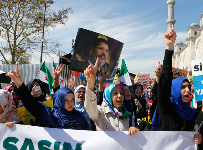 Pro-Islamist demonstrators shout slogans during a rally to protest against Syria's President Bashar al-Assad and in support of Egypt's deposed President Mohamed Mursi at the courtyard of the Fatih mosque in Istanbul September 13, 2013.(Reuters / Osman Orsal)