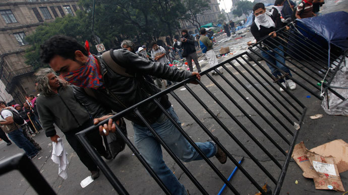 Protesters move barricades as striking members of the teachers' union CNTE are evicted from Zocalo Square in downtown Mexico City September 13, 2013.(Reuters / Edgard Garrido)