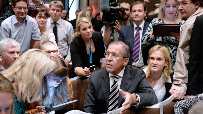Russian Foreign Minister Sergey Lavrov (C) meets with journalists in a press conference room before briefing the press with his US counterpart after they met in Geneva for talks on Syria's chemical weapons on September 14, 2013 (AFP Photo / Philippe Desmazes)