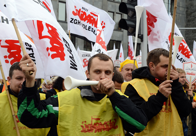 Members of Solidarity and other Polish trade unions demonstrate against their government's policy on September 14, 2013 in Warsaw (AFP Photo / Janek Skarzynski)
