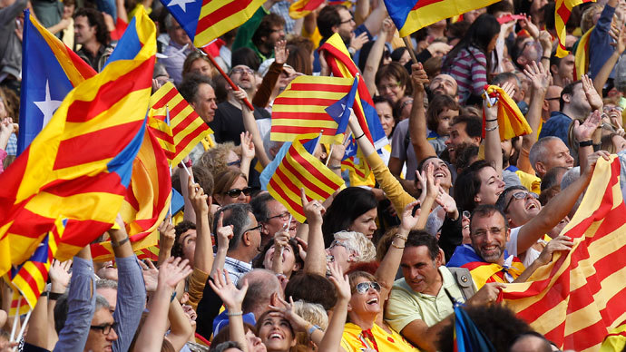 """Catalan separatist flags are waved as a crowd forms a human chain to mark the """"Diada de Catalunya"""" (Catalunya's National Day) in central Barcelona September 11, 2013.(Reuters / Albert Gea)"""