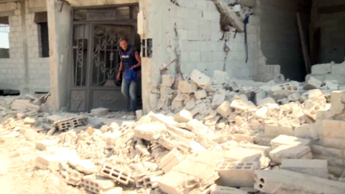 RT correspondent Maria Finoshina covering in the ruins in Darayya. RT video still.