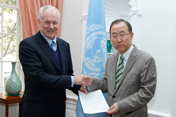 Ake Sellstrom (L), head of the chemical weapons team working in Syria, hands a report on the August 21, 2013 Al-Ghouta massacre to United Nations Secretary-General Ban Ki-moon in New York, in this handout picture provided by the United Nations September 15, 2013.(Reuters / Paulo Filgueiras)