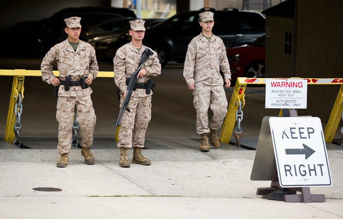 Members of the United States Marine Corps maintain a watch on their barracks as police respond to a shooting at the Washington Navy Yard, in Washington September 16, 2013.(Reuters / Joshua Roberts)