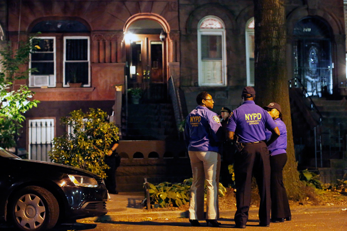Police stand guard outside the Brooklyn residence of Cathleen Alexis, mother of suspected Washington Navy Yard shooter Aaron Alexis, in New York September 16, 2013 (Reuters / Andrew Kelly)