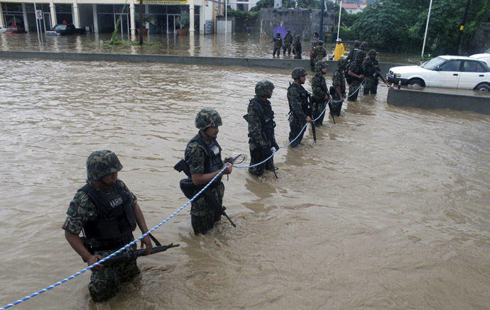 Mexican Navy members secure a flooded area to prevent theft and robbery in Acapulco, Guerrero state, Mexico, after heavy rains hit the area on September 16, 2013. (AFP Photo)