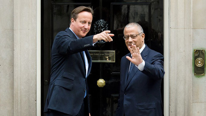 British Prime Minister David Cameron (L) welcomes his Libyan counterpart Ali Zeidan upon his arrival for a meeting at 10 Downing Street in central London on September 17, 2013. (AFP Photo / Leon Neal)
