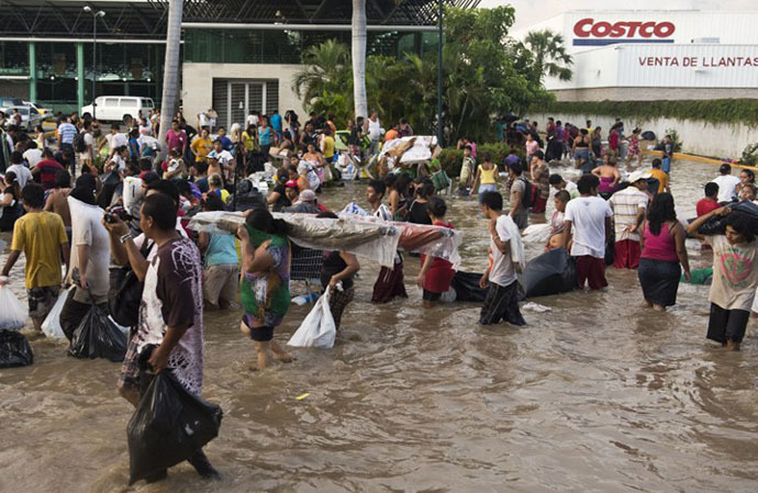 Residents loot a supermarket in Acapulco, state of Guerrero, Mexico, on September 17, 2013 as heavy rains hit the country. (AFP Photo / Ronaldo Schemidt)