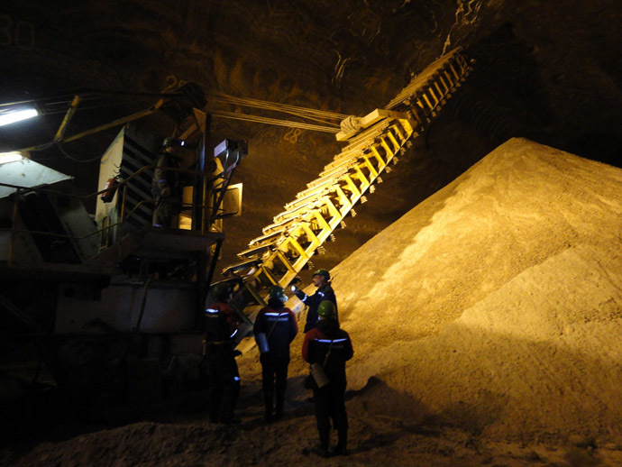 A file picture taken on May 28, 2013, shows employees working at the Uralkali, Russian potash fertilizer company, in the Urals city of Berezniki, more than 1,200 kilometres east of Moscow. (AFP Photo)