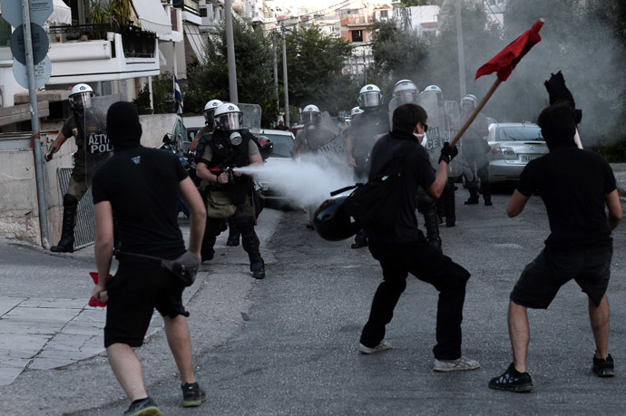 Greek demonstrators clash with riot police in Athens on September 18, 2013. (AFP Photo/Aris Messinis)