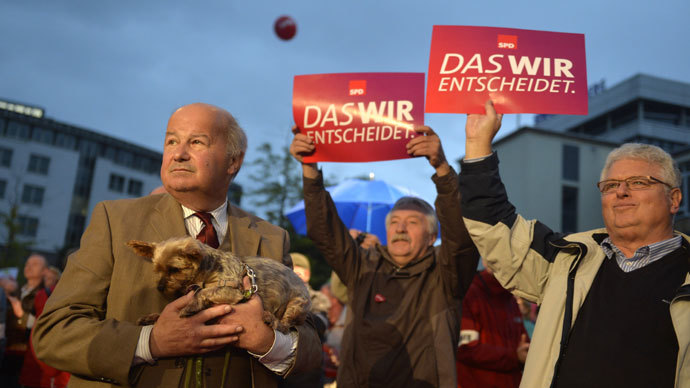 Supporters of chancellor candidate of German Social Democratic (SPD) party Peer Steinbrueck listen to his speech at an election campaign event on September 20, 2013 in Kassel. (AFP Photo / Odd Andersen)