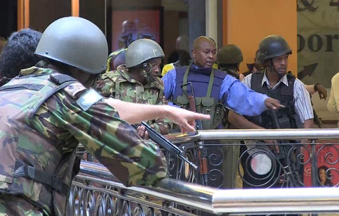 An image grab taken from AFP TV shows Kenyan policemen and soldiers taking position following an attack by Somali militants on September 21, 2013 inside the Westgate mall in Nairobi. (AFP Photo / Nichole Sobecki)