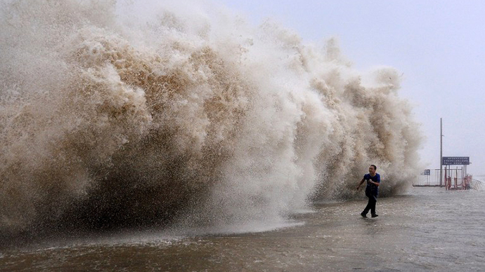 'Red alert': Monster cyclone hits Indian coast, sends 550,000 fleeing