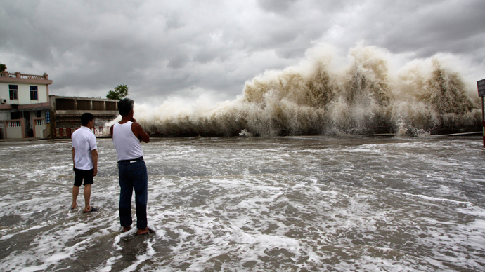 People watch waves hit the shores as Typhoon Usagi approaches in Shantou, Guangdong province, September 22, 2013 (Reuters)