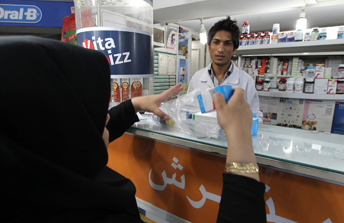 An Iranian woman buys medicine from a pharmacy in Tehran (AFP Photo / Atta Kenare)