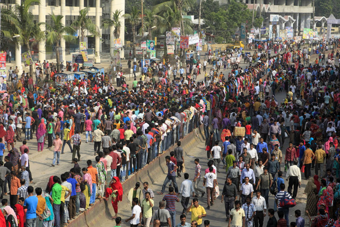 Bangladeshi garment workers bloack a street during a protest in Gazipur 40 km north of Dhaka on September 23, 2013. (AFP Photo)