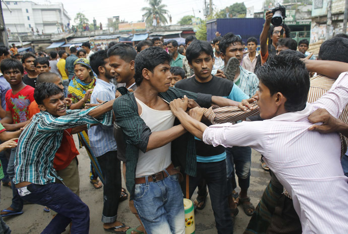 Garment workers clash with locals, who they believe are supporting the garment factory owners, during a protest in Dhaka September 23, 2013. (Reuters/Andrew Biraj)