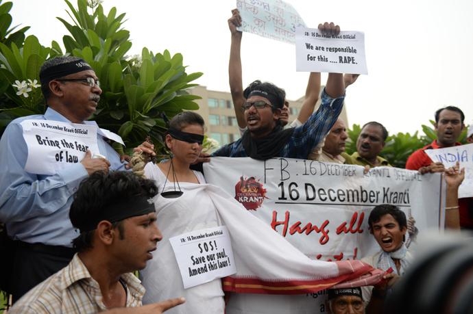 Indian youth protest outside the Saket Court Complex in New Delhi on September 13, 2013 (AFP Photo / Prakash Singh)
