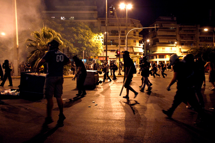 Demonstrators face riot police on September 25, 2013 during clashes in Athens (AFP Photo)