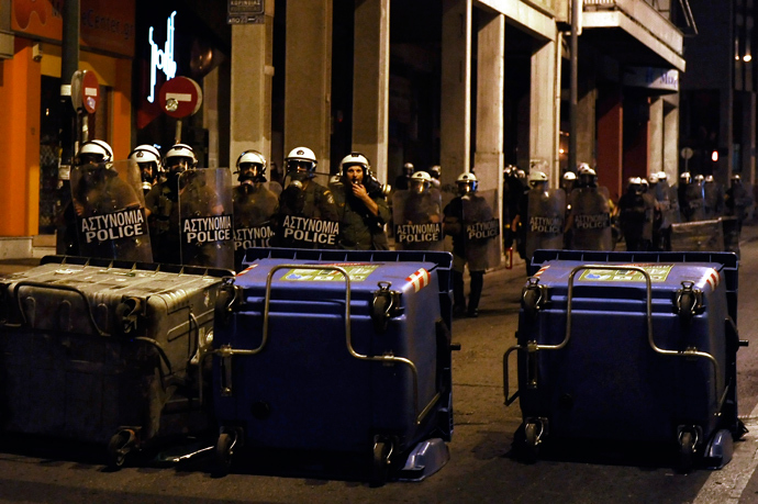 Riot police move toward barricades left by protesters on September 25, 2013 after a massive demonstration in Athens (AFP Photo)