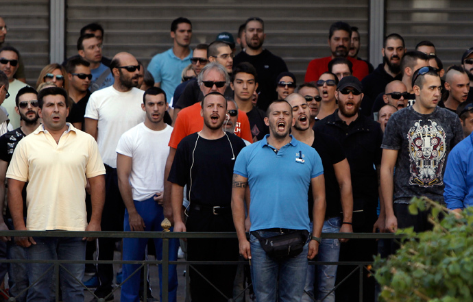 Supporters and members of extreme-right Golden Dawn party shout slogans outside the Greek police headquarters in Athens September 28, 2013 (Reuters / John Kolesidis)