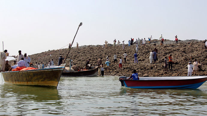 People use boats as they visit an island that rose from the sea following an earthquake, off Pakistan's Gwadar coastline in the Arabian Sea September 25, 2013.(Reuters / Stringer)
