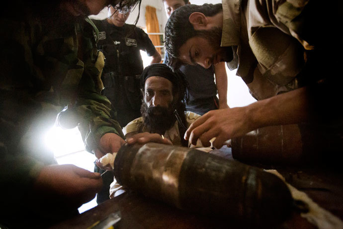 Rebel fighters prepare explosive devices to be used during fighting against Syrian government forces on September 7, 2013 in Syria's eastern town of Deir Ezzor.(AFP Photo / Ricardo Garcia Vilanovoa)