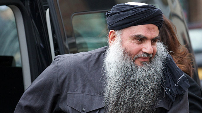 (FILES) A file picture taken on November 13, 2012, shows Terror suspect Abu Qatada arriving at his home in northwest London, after he was released from prison. (AFP Photo / Andrew Cowie)