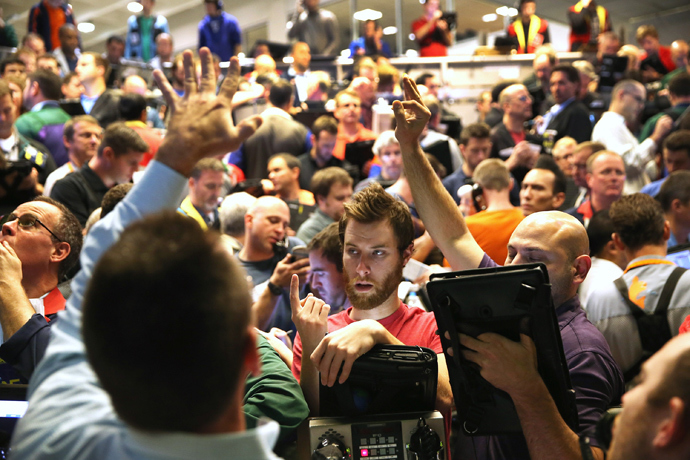 Traders signal offers in the Standard & Poor's 500 stock index options pit at the Chicago Board Options Exchange (CBOE) on October 16, 2013 in Chicago, Illinois (Scott Olson / Getty Images / AFP)