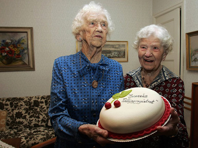 100-year-old Swedish twins Gunhild Gaellstedt (L) and Siri Ivarsson (R) (AFP Photo / Sven Nackstrand)