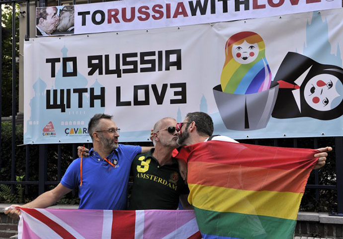 More than 300 gay and lesbian supporters participate in a 'Kiss-In' action at the Russian consulate in Antwerp to protest against the treatment of lesbian, gay, bisexual and transgender oriented people in Russia on August 9, 2013. (AFP Photo / Georges Gobet)