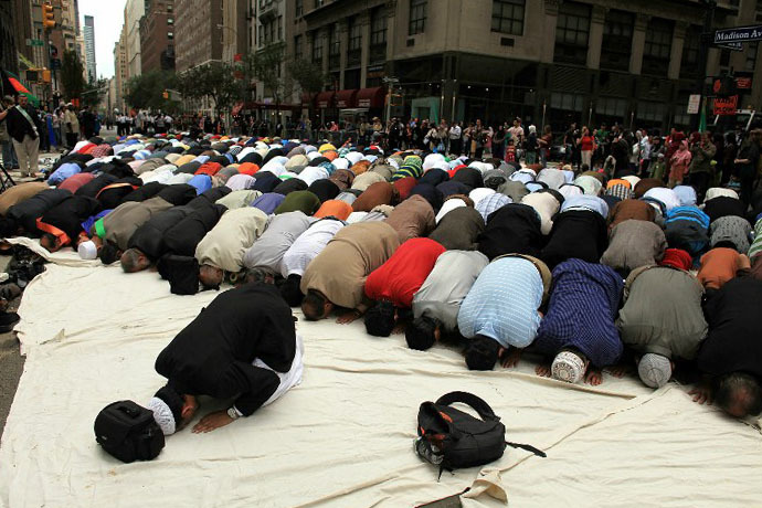Men pray on the street before the start of the American Muslim Day Parade in New York (AFP Photo / Spencer Platt)