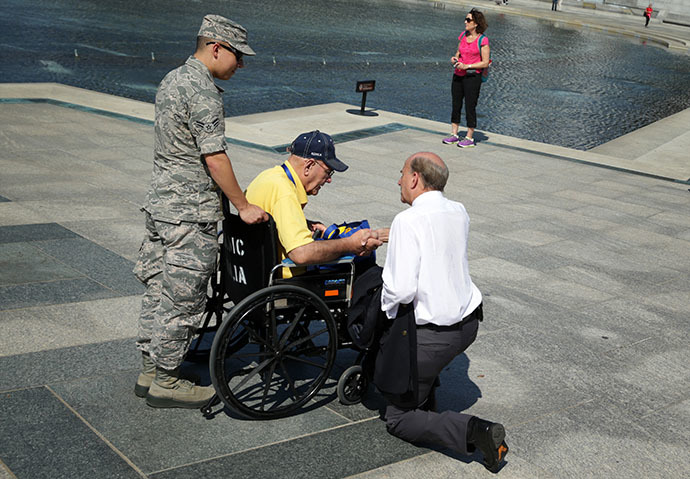 U.S. Rep. Louie Gohmert (R-TX) (R) talks to a military veteran at the World War II Memorial during a government shutdown October 1, 2013 in Washington, DC. (AFP Photo / Alex Wong)