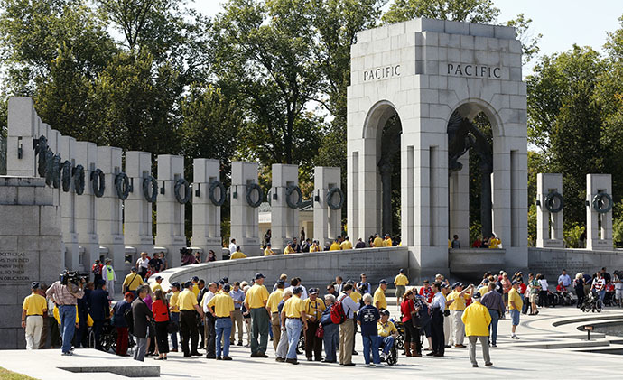 Veterans tour the World War Two Memorial in Washington October 1, 2013. (Reuters / Kevin Lamarque)