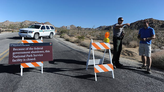 A US park ranger gives a visitor suggestions of other nearby places he can visit while Joshua Tree National Park was shutdown, at the entrance to Joshua Tree, California, on October 2, 2013. (AFP Photo / Robyn Beck)