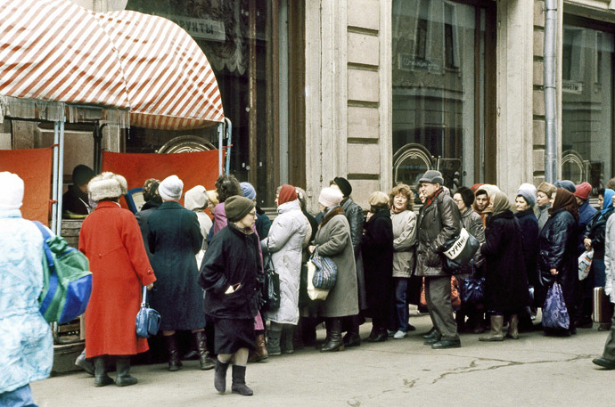 A food line in Moscow on April 2, 1991 - higher retail prices failed to check panic buying. (RIA Novosti/Yuriy Somov)