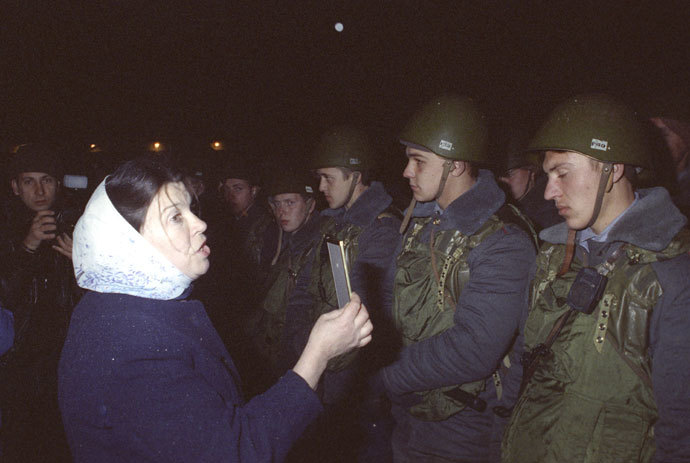 The confrontation of the two branches of power in Russia between September 21 and October 4, 1993 resulted in forceful termination of the Soviet type power structure, in existence since 1917. It caused armed clashes in the streets of Moscow. A woman talking with soldiers near the Parliament House.(RIA Novosti / Vladimir Fedorenko)