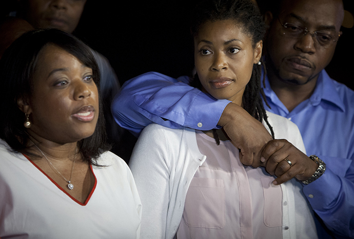 Valarie (L) and Amy Carey, sisters of Miriam Carey, the woman involved in the Capitol Hill shooting, attend a news conference outside their home in the Brooklyn borough of New York, October 4, 2013. (Reuters / Carlo Allegri)