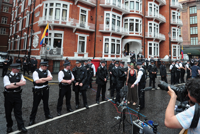 Police and media members wait for Wikileaks founder Julian Assange to address the press and his supporters from the balcony of the Ecuadorian Embassy in London (AFP Photo / CAarl Court)