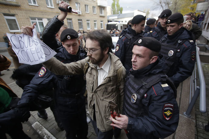 Policemen detaining a participant in the Mikhail Kosenko-supporting action outside the Zamokvoretsky Court building.(RIA Novosti / Alexsey Nichukchin)