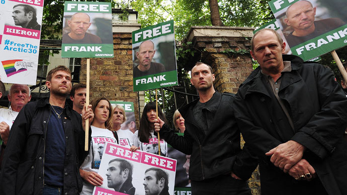 British musicians Damon Albarn (L) and Paul Simonon (R) along with British actor Jude Law (2-R) take part in a protest against the detainment of Greenpeace activists by Russia outside the Russian embassy in central London on October 5, 2013. (AFP Photo / Carl Court)