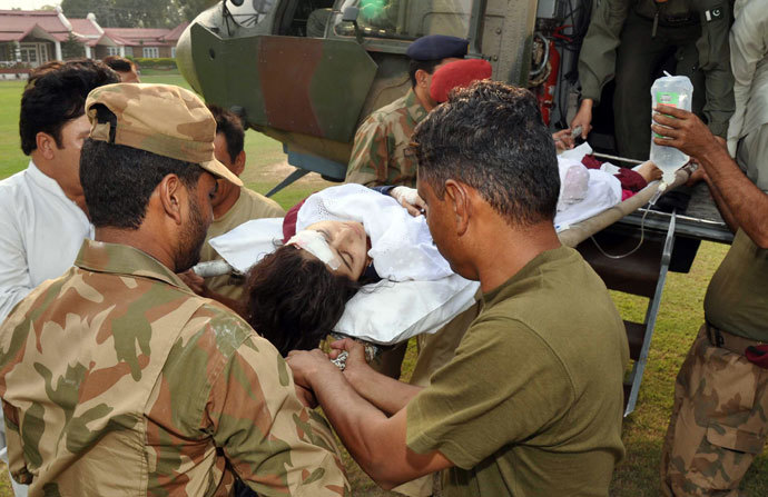 Pakistani soldiers shift injured Malala Yousafzai, 14, from a helicopter at an army hospital following an attack by gunmen in Peshawar on October 9, 2012.(AFP Photo / ISPR)