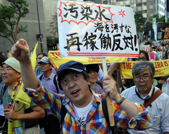 Protestors raise their placards and shout slogans during an anti nuclear demonstration in Tokyo on October 13, 2013.(AFP Photo / Rie Ishii)